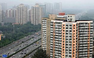 北京や上海では住宅価格が低下している(2018年7月、北京市内の高層住宅)=ロイター