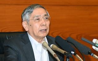 記者会見する日銀の黒田総裁(31日午後、日銀本店)