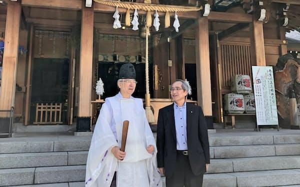 水の神をまつる丹生川上神社上社の望月康麿宮司(左)と話す栗山氏