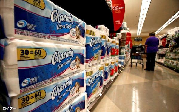 店頭に並ぶP&Gのトイレットペーパー(米カリフォルニア州)