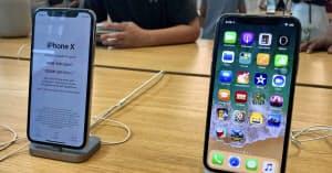 アップルの収益を押し上げたスマートフォン「iPhoneX」(7月31日、ニューヨーク)=共同