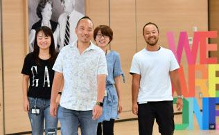 レイさん(中央)はゲイであることを公表した上でギャップジャパンに入社。互いの個性を尊重し合える職場仲間に出会った(東京都渋谷区)=伊藤航撮影