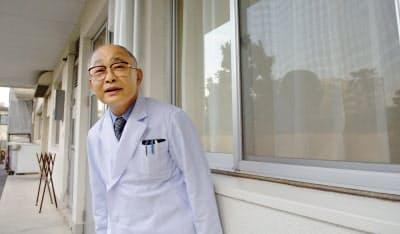 赤ちゃんポスト設置を決めた蓮田太二・慈恵病院理事長。この後、右の窓部分にポストが据え付けられた(2006年12月6日、熊本市)