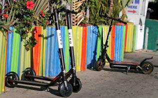 米バードライズのスクーター(7月23日、カリフォルニア州サンタモニカ)=ロイター