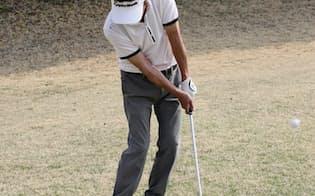 左足上がりのアプローチはライが平らだと思って構える。すくわずに上からボールを打ち、ターフをとる