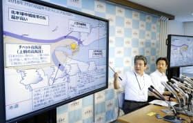 1日、7月の天候について説明する、気象庁気候情報課の竹川元章予報官(左)=共同