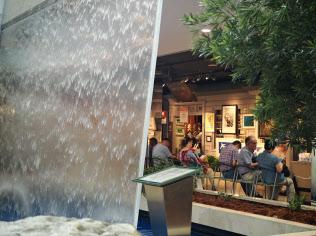 店内を流れる滝の近くで休憩する買い物客も目立つ(1日、そごう千葉店)