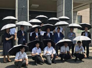 男性職員が使用する姿を見せ、普及につなげる(1日、埼玉県庁)