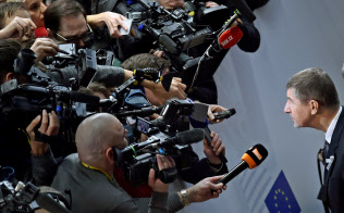 3月、EU首脳会談を前にメディアの質問に答えるチェコのバビシュ首相(右)=ロイター