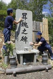 御巣鷹の尾根にある「昇魂之碑」を清掃する群馬県警の警察学校の初任科生(2日午前、群馬県上野村)=共同