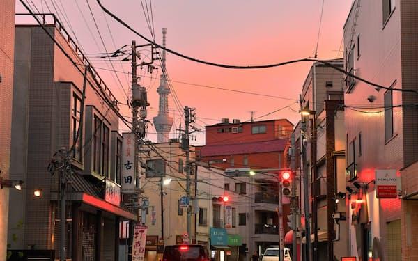 昭和の面影が残る商店街。南の空を見ると東京スカイツリーが頭を出していた
