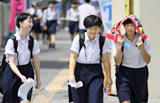 厳しい暑さとなった埼玉県の熊谷駅前を歩く高校生たち(2日午後)=共同