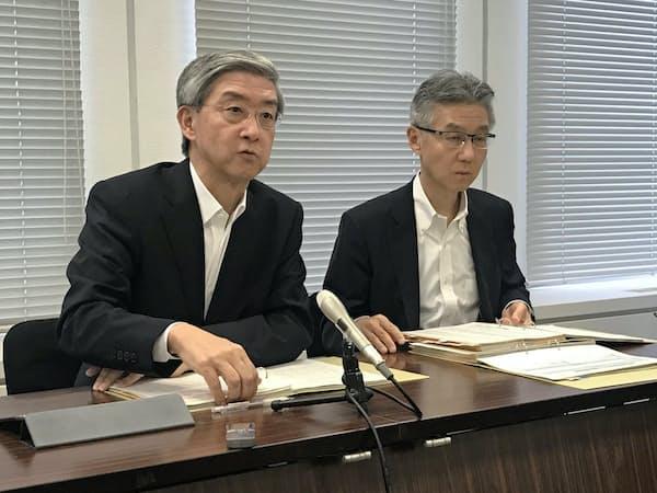 好業績を説明する三菱商事の増一行最高財務責任者(CFO)(左)