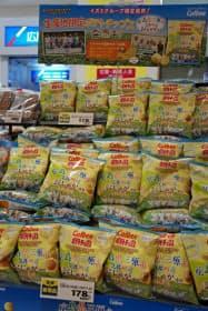 広島県三原市で生産したジャガイモを使った「生産者限定ポテトチップス」(広島市のゆめマート二葉の里)