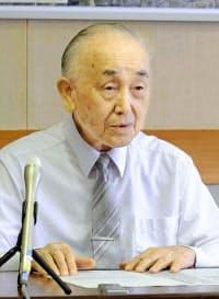 夏休みなどの部活動休止について説明する新潟県加茂市の小池市長(2日午後、同市役所)=共同