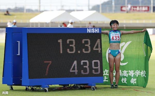 女子100メートル障害で、13秒34の高校新記録をマークした市船橋・小林歩未(2日、三重交通Gスポーツの杜伊勢)=共同