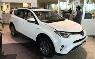 乗用車市場が縮む米国で、トヨタは人気のSUV「RAV4」などの販売拡大に力を入れる(米テキサス州の販売店)