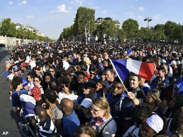 W杯フランス代表の優勝パレードに集まったサポーターの顔ぶれは多彩だった=AP