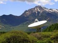 野辺山宇宙電波観測所にあるアンテナ直径45メートルの電波望遠鏡(長野県南牧村、国立天文台提供)=共同