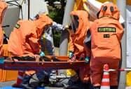 化学テロを想定し、けが人を搬送する訓練をする消防隊員ら(3日、名古屋市守山区)