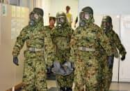 化学テロを想定し、けが人を運び出す訓練をする自衛隊員(3日、名古屋市守山区)