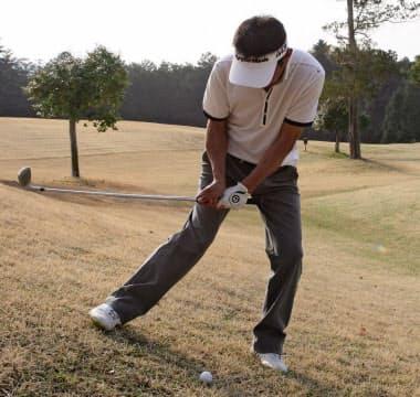 極端な左足下がりの場合、右足体重で左膝を曲げ右膝を寄せて構える。アーリーコックでゆったり大きく振る
