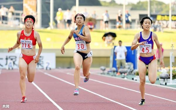 女子100メートル決勝、11秒74で優勝した御家瀬緑(右)=共同