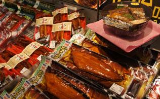 今年の土用の丑の日には、ウナギのほかナマズのかば焼きなどもずらりと並んだ(東京都江戸川区のイオン葛西店)