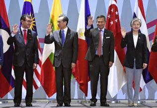 ASEANプラス3の外相会議で写真に納まる(左から)河野外相、中国の王毅外相ら。右端は韓国の康京和外相(4日、シンガポール)=共同