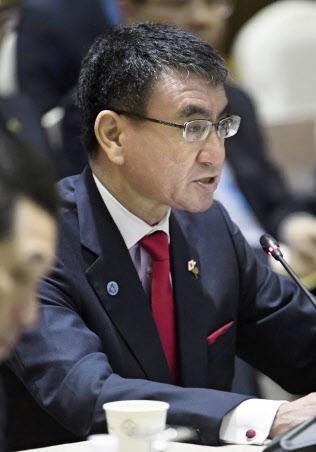 ASEANプラス3の外相会議で発言する河野外相=4日、シンガポール(共同)
