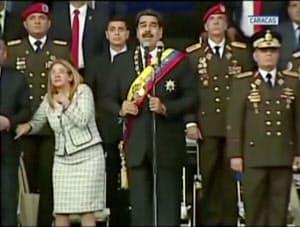 マドゥロ大統領の演説中継時に響いた爆発音で驚く妻のシリアさん(左)=ロイター
