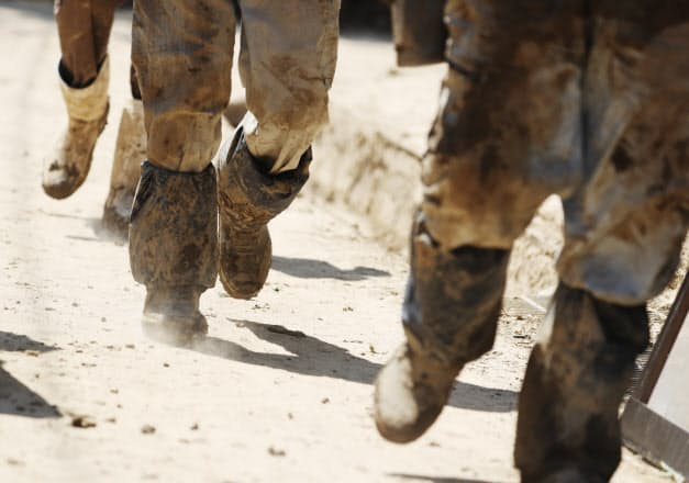 泥だらけのボランティア。土砂と砂ぼこりの中の復旧作業が続く(3日、広島県坂町)
