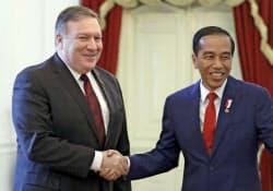 会談するポンペオ米国務長官(左)とインドネシアのジョコ大統領(5日、ジャカルタ)=AP