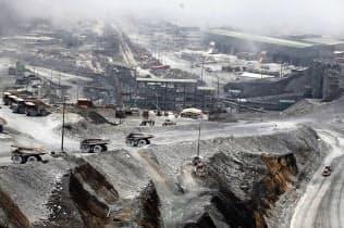 景気減速への警戒感で銅の国際価格は軟調だ(インドネシアの銅鉱山)=アンタラ通信・ロイター