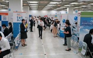 マイナビが1日に開いた合同説明会には約1300人が来場(東京・新宿)