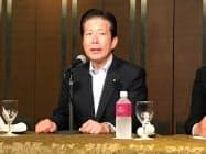 記者会見する公明党の山口代表(6日、広島市)