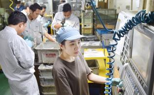 三共製作所の本社工場で働く様々な国籍の外国人(大阪府東大阪市)