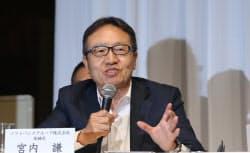 記者会見で質問に答えるソフトバンクの宮内謙社長(6日午後、東京都港区)