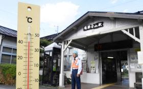 最高気温が41度を記録した岐阜県下呂市の飛騨金山駅前で、40度を超える気温を示す手元の温度計(6日午後)