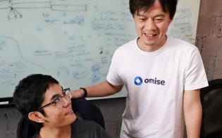 バンコクで起業したomiseホールディングスの長谷川潤CEO(右)(バンコク)