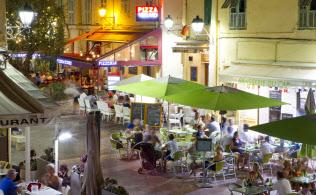 欧米ではサマータイムは広く導入されている(4日、フランス南部のマントンのテラス席で夕食をとる人たち)=Mandoga Media・DPA提供(AP)