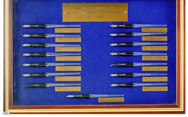 落札された故ジョン・F・ケネディ元米大統領の万年筆15本(Robert C. Eldred Co.,Inc提供)=共同