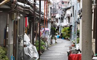 狭い路地に木造住宅が密集する(大阪市東成区)