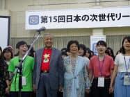 高校生のサマースクール「日本の次世代リーダー養成塾」に参加するマハティール首相(7日、福岡県宗像市)