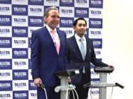 体重計一体型の体組成計に試乗するデーブ・スペクター氏(左)、タニタの谷田千里社長