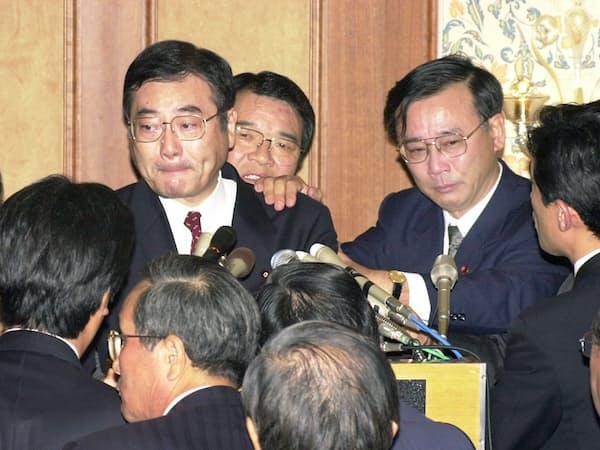 「加藤の乱」の挫折は谷垣禎一(右)にとっても大きな転換点になった(2000年11月20日、都内のホテル)。