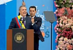 7日、首都ボゴタでの就任式で演説するコロンビアのドゥケ大統領=ロイター