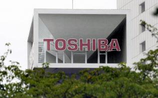 東芝本社のロゴ(8日午前、東京都港区)