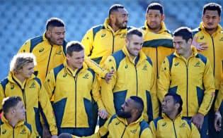 オーストラリアは移民の国だ(6月、アイルランドとの試合を控え、写真撮影に臨むラグビー選手)=AP