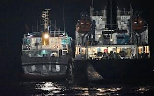 海上自衛隊が7月31日深夜に確認した、北朝鮮籍のタンカー(右)と船籍不明の船舶が横付けしている様子(防衛省提供)